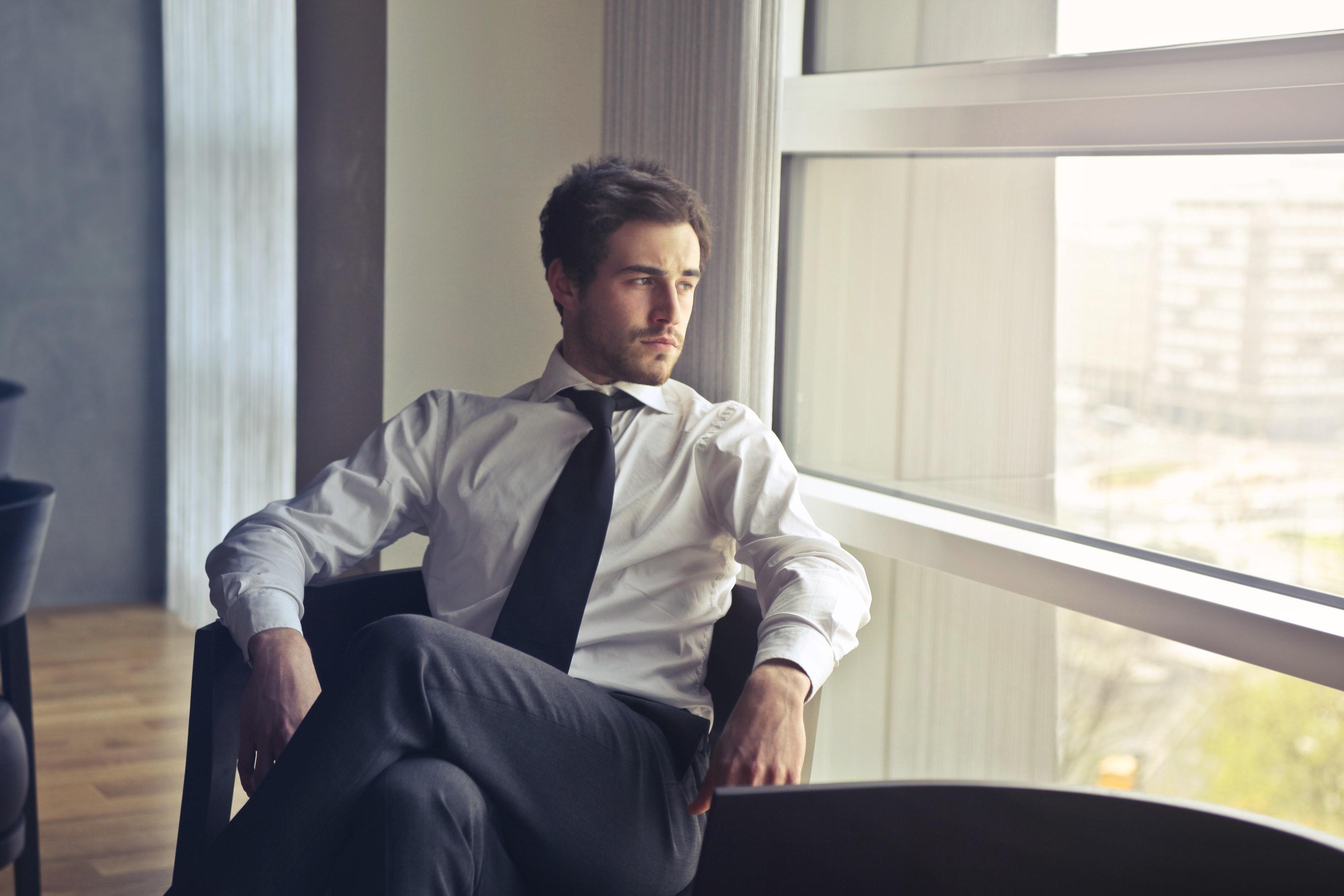 businessman-chair-thinking-top-trader