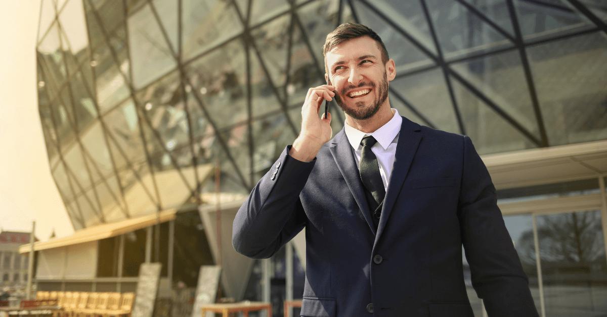 bogat-investitor-govori-po-telefona-pred-sgrada